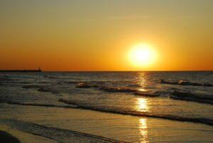 Zachód słońca na plaży w Łebie