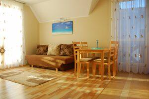 Rozkładana kanapa w salonie