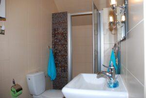 W łazience bardzo szeroka kabina prysznicowa